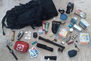 Fluchtrucksack mit gemischter Krisenvorsorge Ausrüstung.